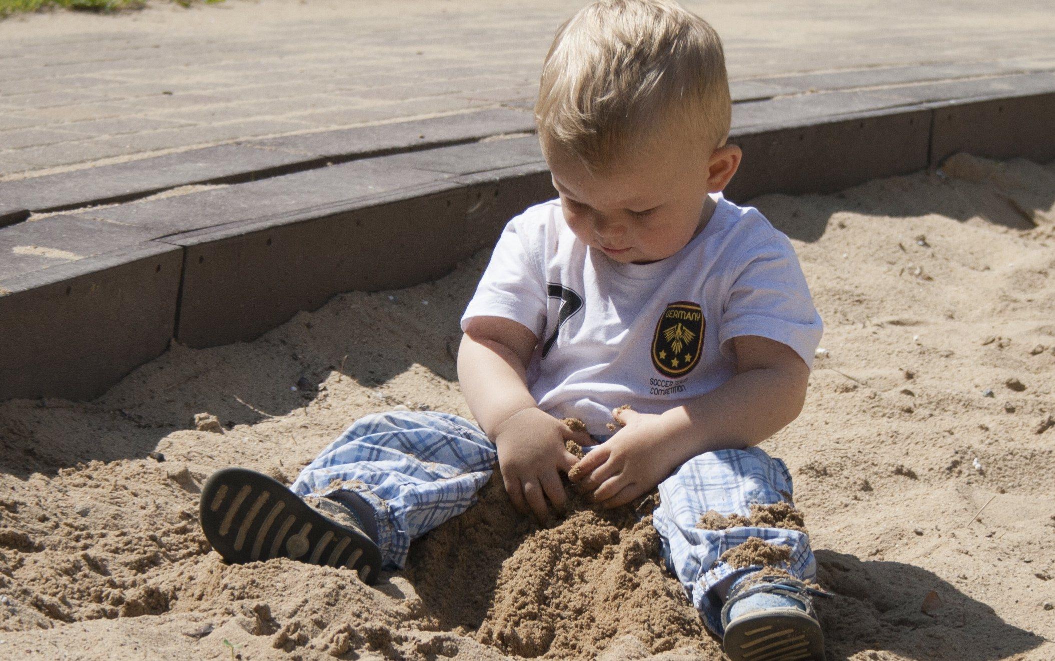 Für Kleinkinder fehlen in Deutschland Krippenplätze. Foto: anschi / pixelio.de