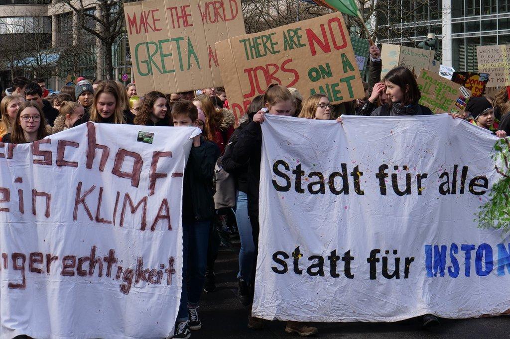 Bundeswirtschaftsminister Peter Altmaier und FDP-Chef Christian Lindner sähen die Demonstrationen (hier am 8. März 2019 in Frankfurt) lieber außerhalb der Schulzeit. Foto: Leonhard Lenz / Wikimedia Commons (CC0 1.0)
