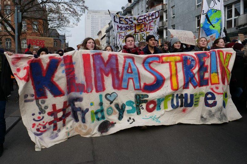 """Gestern, am 25. Januar 2019, in Berlin: Schülerinnen und Schüler """"streiken"""" für eine andere Klimapolitik. Foto: Leonhard Lenz / Wikimedia Commons (CC0 1.0)"""