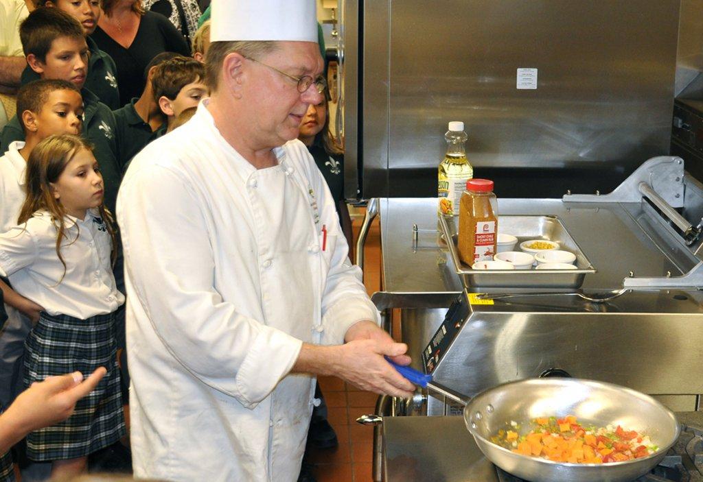 Das Kochen in Schulen ist in Deutschland die Ausnahme. Die meisten überlassen Lieferanten die Verpflegung. Foto: U.S. Department of Agriculture / flickr (CC BY 2.0)