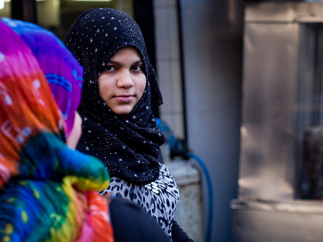 Schülerinnen dürfen Kopftuch tragen. Foto: Andreas Kollmorgen/Flickr CC BY 2.0)