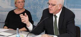 Beerdigen offenbar die Abbaupläne bei den Lehrerstellen: Kultusministerin Susanne Eisenmann (CDU) und Ministerpräsident Winfried Kretschmann (Grüne). Foto: Staatsministerium Baden-Württemberg