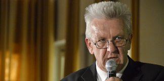 Baden-Württembergs Ministerpräsident Winfried Kretschmann forderte in seiner Rede die Eltern mit deutlichen Worten zu mehr konstruktiver Zusammenarbeit mit Lehrern auf. Foto: Die Grünen / Wikimedia Commons (CC BY-SA 2.0)