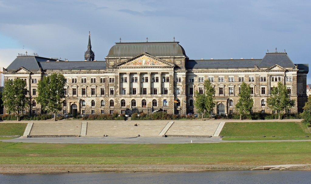 Das Personalkarussell der sächsischen Regierung dreht sich. Am kommenden Montag soll Frank Haubitz als Kultusminiter ins gemeinsame Gebäude von Finanz- und Kultusministerium einziehen. Foto: Heinz-Josef Lücking / Wikimedia Commons (CC BY-SA 3.0)
