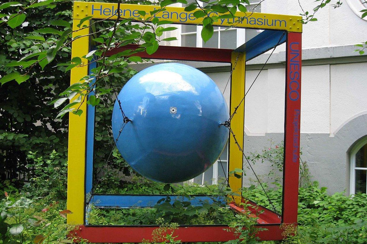 Skulptur vor dem Helene-Lange-Gymnasium