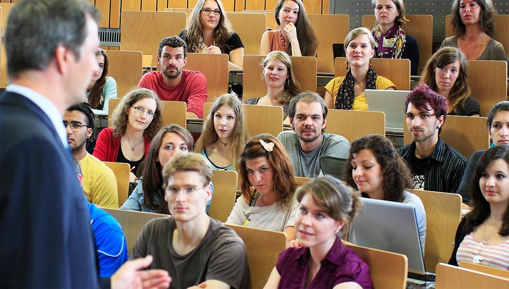 An vielen Unis sind Honorarkräfte elementar in die Lehre integriert. Foto: HHU (HHU) / Wikimedia Commons (Public domain)