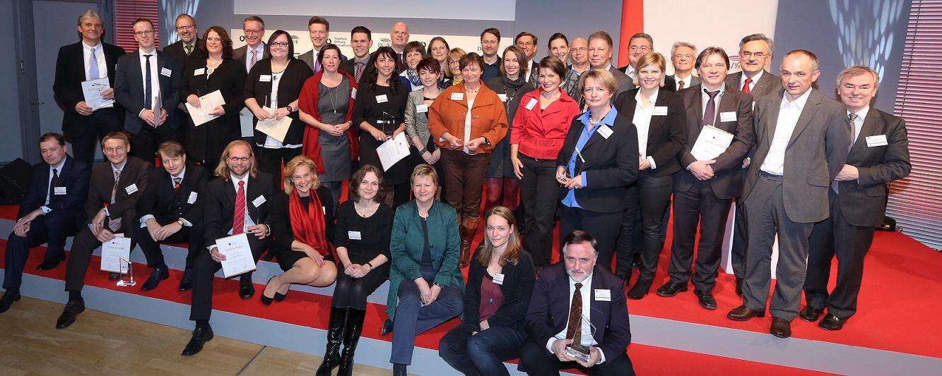 Das sind Deutschlands Lehrer des Jahres - und ein paar Honoratioren (wie Nordrhein-Westfalens Schulministerin Sylvia Löhrmann, untere Reihe, dritte von rechts). Foto: Deutscher Lehrerpreis