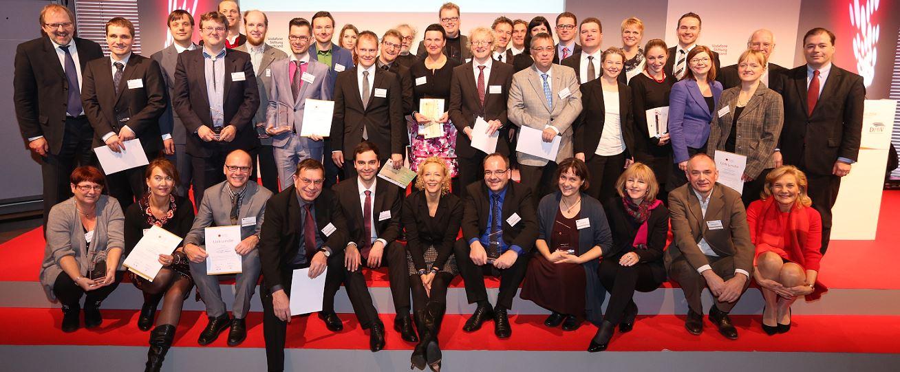 Gruppenbild mit Dame: Katja Riemann (Mitte) und die Gewinner des Deutschen Lehrerpreises. Foto: Deutscher Lehrerpreis
