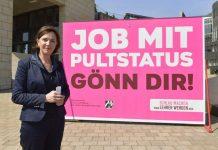 Nordrhein-Westfalens Schulministerin Yvonne Gebauer mit einem Plakat, das für Lehrernachwuchs sorgen soll. Foto: Schulministerium NRW