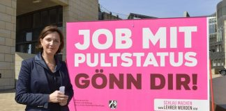 Nordrhein-Westfalens Schulministerin Yvonne Gebauer mit einem Plakat, das für Lehrernachwuchs sorgen soll. Foto: Schulministerium NRW