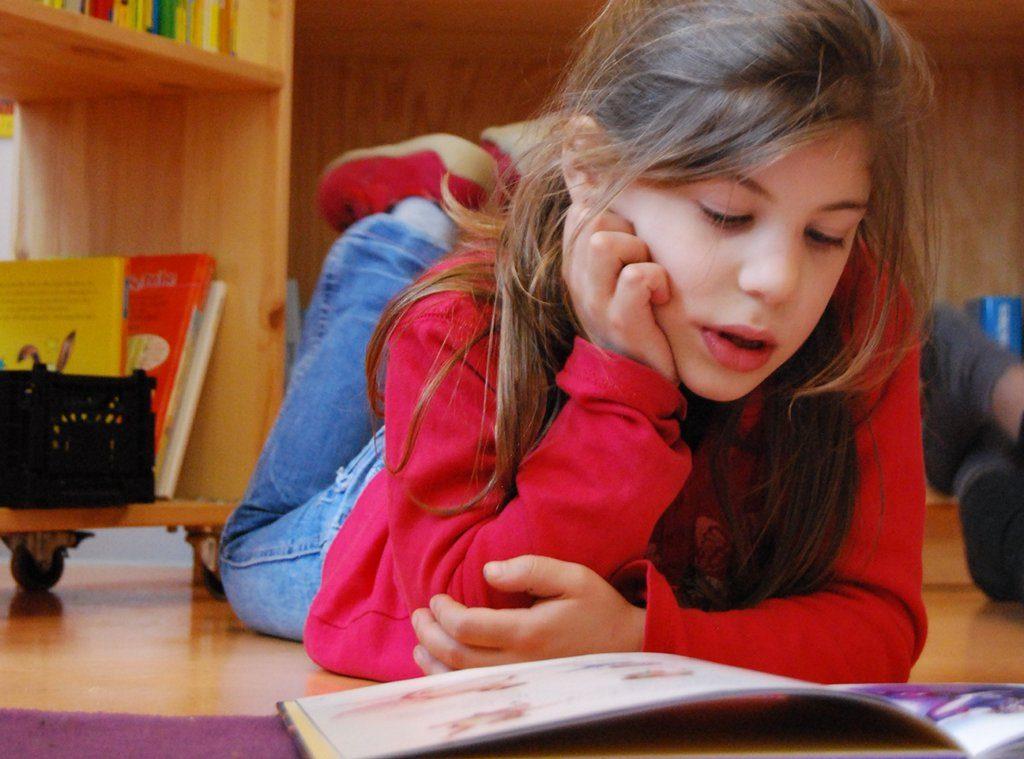 Lesen ist eine elementare Voraussetzung für das Lernen. Foto: Berliner Büchertisch / flickr (CC BY-SA 2.0)