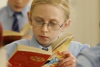 Lesende Schülerin