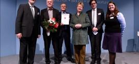 NRW-Schulministerin Sylvia Löhrmann und die ausgezeichneten Bio-Buchmacher. Foto: MSW / Christof Wolff