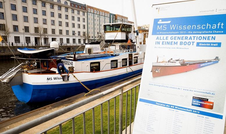 """Dieses Frachtschiff hat weder Kohle im Bauch noch Container an Bord. Es ist voll beladen mit Wissenschaft zum Anfassen: die """"MS Wissenschaft"""". Foto: Ilja Hendel / Wissenschaft im Dialog"""
