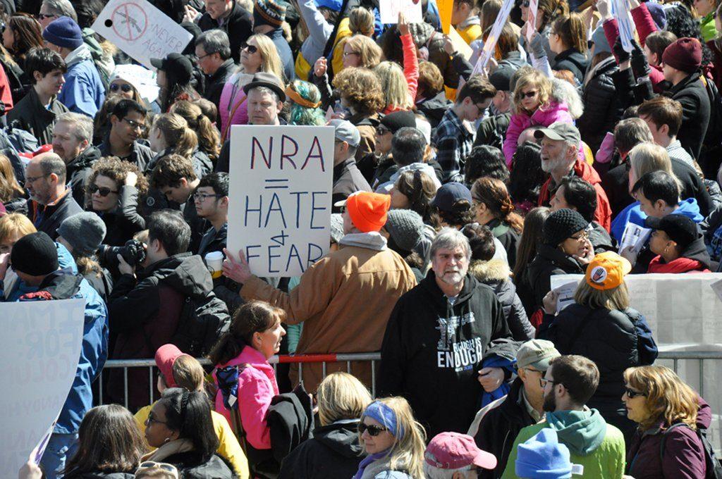 n den USA hat der Amoklauf von Parkland den Waffengegnern deutlichen Auftrieb gegeben. Allein beim March for our Lives in Washington, D.C. gingen am Samstag hunderttausende Menschen auf die Straße. Foto: Jarek Tuszyński /Wikimedia Commons (CC-BY 4.0)