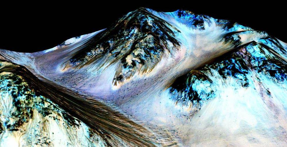 An Steilhängen auf dem Mars entdeckten die Nasa-Forscher auffällige, rund 100 Meter lange Fließstrukturen. Die stammen wohl von salzigem Wasser, das hin und wieder die Berge herunterfließt. Foto: NASA/JPL/University of Arizona