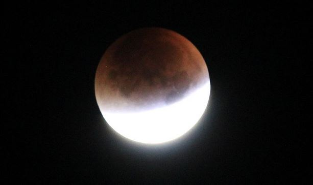 Mondfinsternis am 28.09.2015 über Bonn. Foto: Axel Kirch / CC BY-SA 4.0 (via Wikimedia Commons)