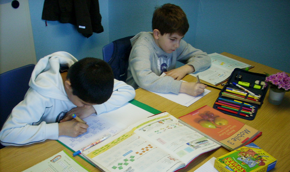 Zwei Nachhilfeschüler am Schreibtisch