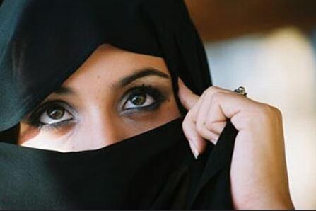 Eine junge Muslimin wollte mit ihrem Niqab-Gesichtsschleier die Abendschule besuchen, doch die Lehranstalt schloss sie vom Unterricht aus - zu Recht. Foto: rana ossama / flickr (CC BY-SA 2.0)