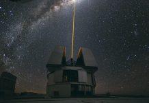 Laserstrahl über dem Paranal Observatorium der Europäischen Südsternwarte. Ein Infrarotlaser wäre allerdings mit bloßem Auge nicht zu sehen. Foto: ESO/Yuri Beletsky / Wikimedia Commons (CC-BY 4.0)