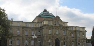 Müssen Eltern auch nach drei Jahren noch für die Ausbildung ihres Kindes zahlen: Bundesgerichtshof in Karlsruhe. Foto: Kucharek / Wikimedia Commons (CC BY-SA 3.0)