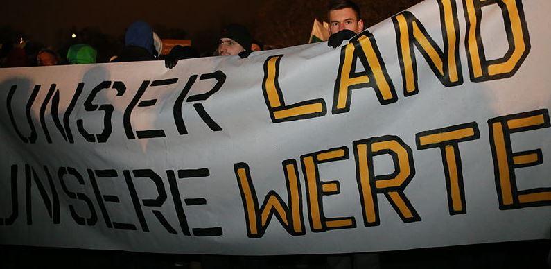 Sind rechte Parolen mit dem Schuldienst vereinbar? Radikale auf einer Pegida-Demonstration. Foto: blu-news.org / Wikimedia Commons (cc-by-sa-2.0).