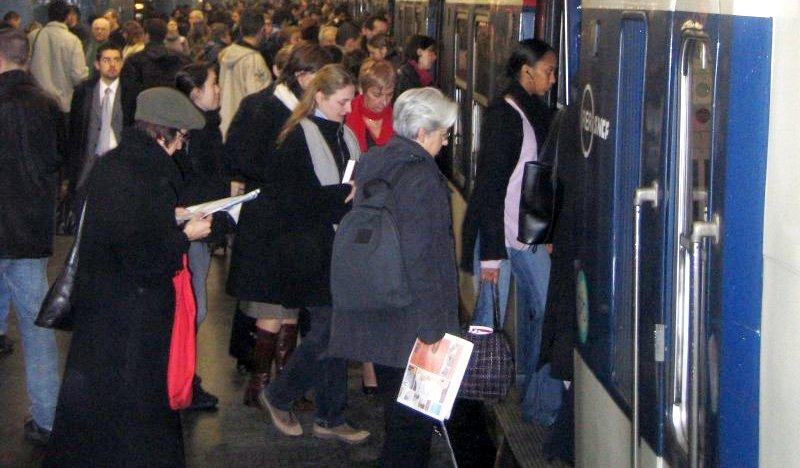 Müssen die 10 betroffenen Schüler die Bio-Abiklausur wiederholen, weil ein Lehrer die Arbeiten in der S-Bahn vergessen hat? Foto: Metropolitan / Wikimedia Commons