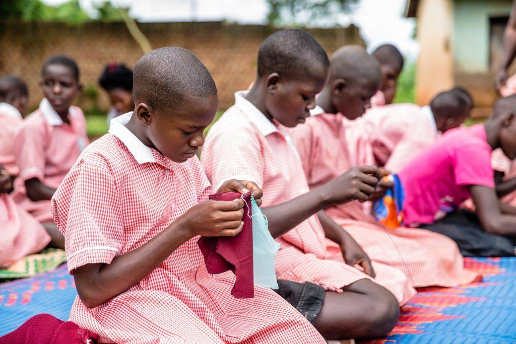 In Uganda kostet ein Paket Monatsbinden im Schnitt zwei US Dollar; mehr, als die meisten Menschen dort am Tag verdienen. Beim Menstruations-Projekt von Plan International lernen Mädchen, wiederverwendbare Binden herzustellen. (Foto: Plan International)