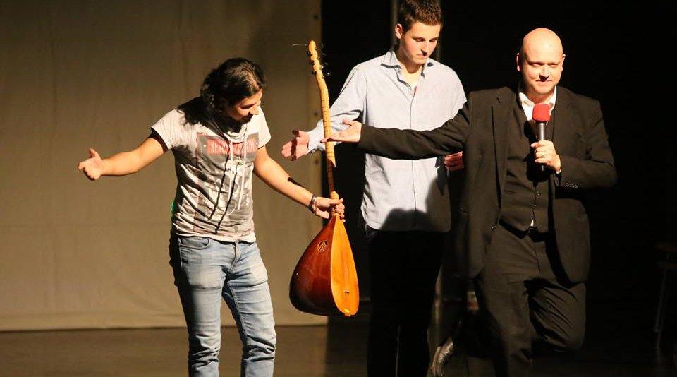 Zum zweiten Mal bringt der Kölner Schüler Sebastian Sammeck (Mitte) Flüchtlinge auf die Bühne und arbeitet an der VErwirklichung einer Vision.