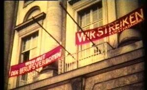 Auch heute noch ist der Radikalenerlass ein brisantes Thema, wie die Debatte im niedersächsischen Landtag zeigt. (Das Bild zeigt Protestplakate gegen Berufsverbote an der Berliner Hochschule der Künste 1976) Foto: Schuhmacher / Wikimedia Commons (CC BY-SA 3.0)