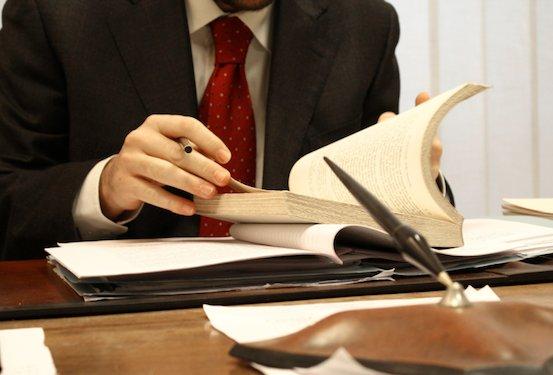 Mit Anwalt kann es schnell auch mal teuer werden. Foto: Cal Injury Lawyer / flickr (public domain)