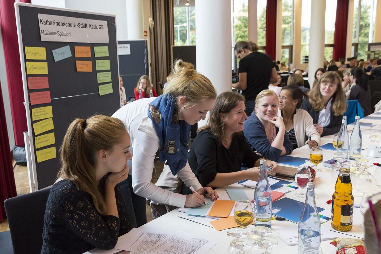 Die Kollegien der beteiligten 19 Grundschulen diskutierten in getrennten Runden ihre Erwartungen an das Projekt. Foto: Sascha Kreklau, RuhrFutur