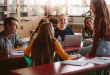 Schüler Gruppe Diskussion Mitbestimmung Demokratie (c) Shutterstock / Jacob Lund
