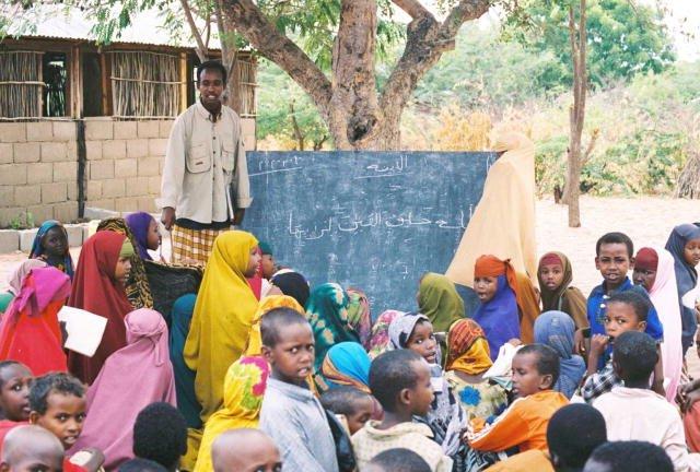 Unterricht in einem Camp für somalische Flüchtlinge in Kenia. Foto: Unbekannt (U.S. Federal Government) / Wikimedia Commons (Public Domain)