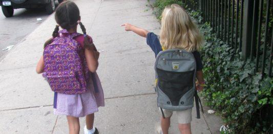 Die meisten Kinder legen größere Teile ihres Schulwegs zu Fuß zurück. Foto: Eden, Janine and Jim / flickr (CC BY 2.0)