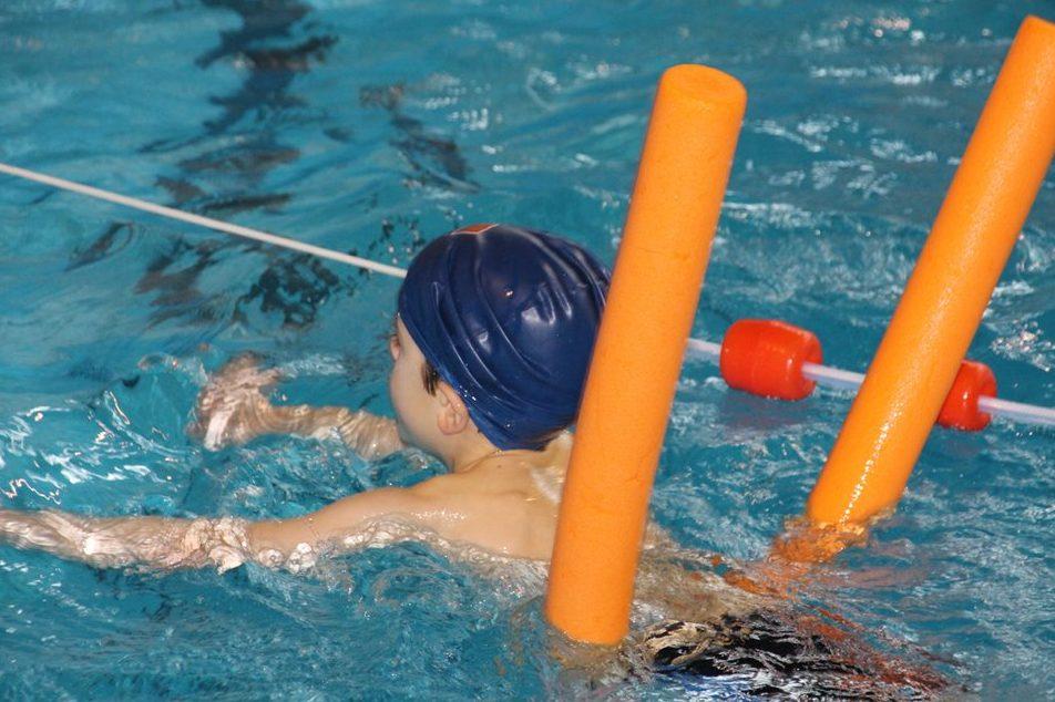 Schwimmendes Kind mit Poolnudel - Nach dem Willen der Freien Wähler in Mecklenburg-Vorpommern sollen DLRG und DRK Schwimmkurse geben. Foto TaniaVdB / pixabay (CC0 1.0)