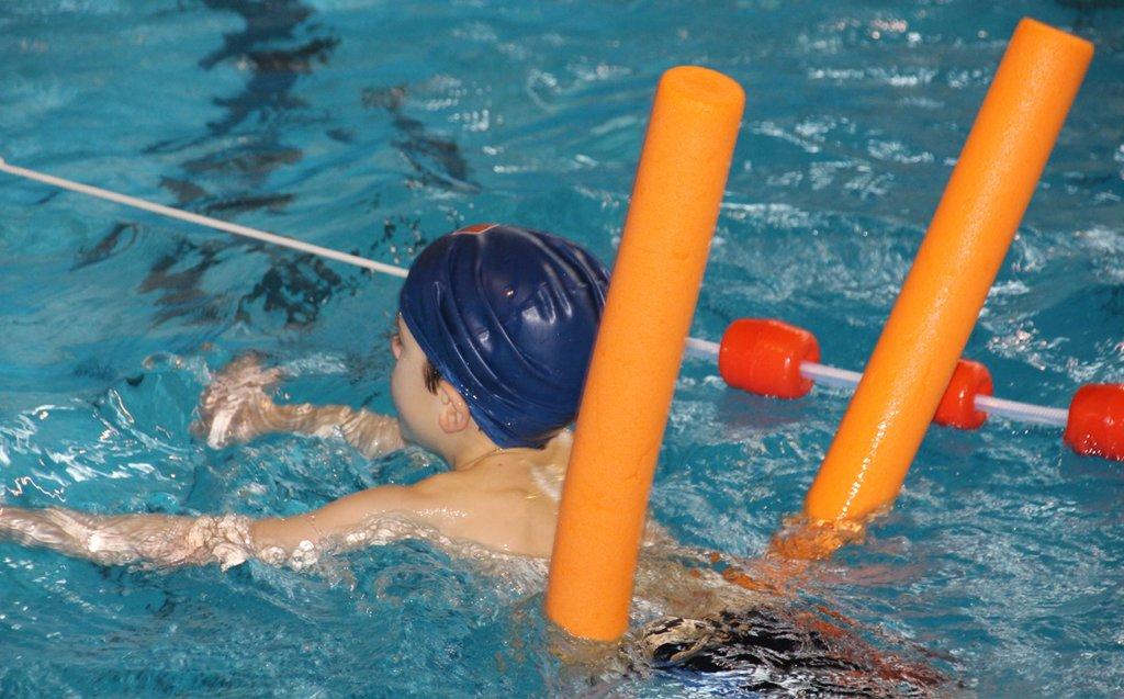 Schwimmen gehört zu wichtigen Grundfertigkeiten, die KInder früh erlerenen sollten. Die Leistungsunterschiede bei Grundschülern sind hoch. Foto: TaniaVdB / pixabay (CC0 1.0)
