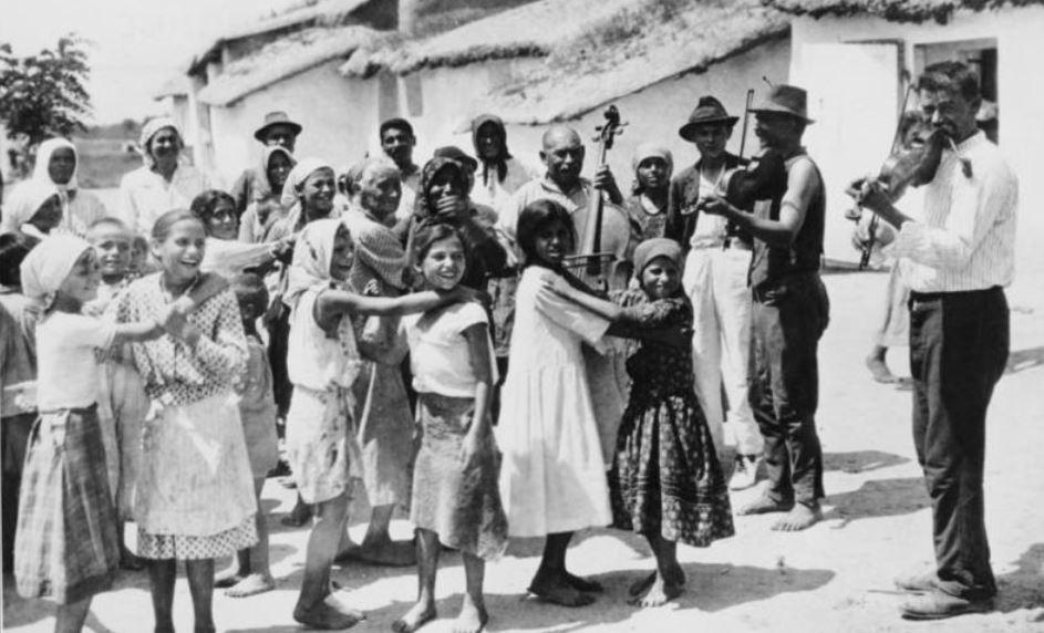 Sinti und Roma in einem ungarischen Dorf 1928. Foto: Bundesarchiv / Wikimedia Commons (CC BY-SA 3.0)