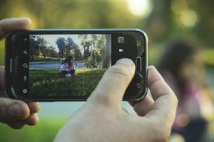 Eltern dürfen bei Nutzung und Kontrolle digitaler Meiden die Persönlichkeitsrechte ihrer Kinder nicht außer Acht lassen. Foto: NoeliaDemaria / Pixabay (CC0 1.0)