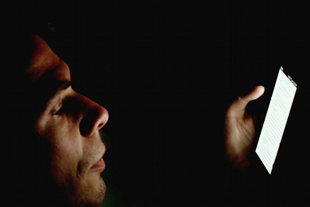 Bis spät in die Nacht im Social-Web – an sich nicht schädlicher für die Noten, als andere nächtliche Aktivitäten. Foto: Japanexperterna.se from Japan / Wikimedia Commons (CC BY-SA 2.0)