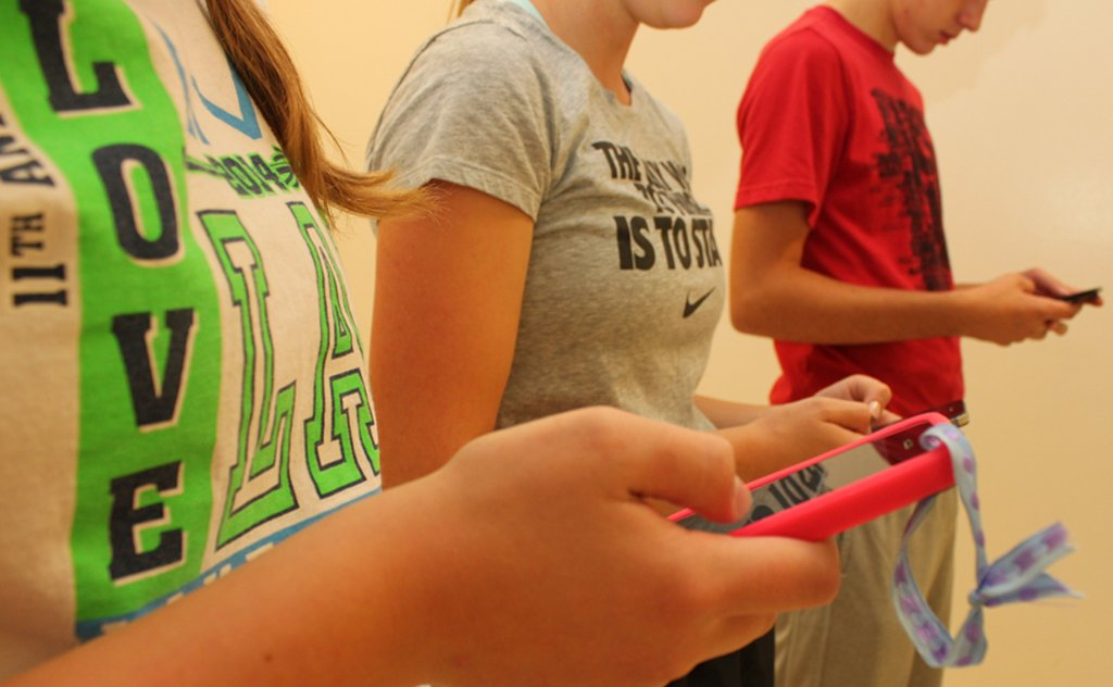 Heute besitze so gut wie jeder Schüler ein Smartphone. Ein Verbot an Schulen sei da nicht mehr angemessen, so der hessische Landesschülerrat. Foto: Intel Free Press / flickr (CC BY-SA 2.0)