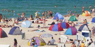Strandszene - Sind die Strände in den deutschen Ferienregionen bald länger bevölkert? (Strand in Westerland) Foto: Lars Goldenbogen / Wikimedia Commons (CC-BY-SA-2.0)