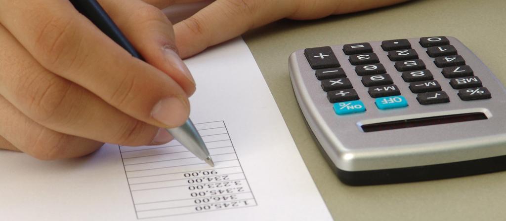 Rechnen mit dem Taschenrechner - Von 2003 bis 2007 testete das Ministerium in 30 Pilotschulen den Einsatz grafikfähiger Rechner. Ab dem kommenden Schuljahr sollen sie zur Pflicht werden. Foto: GG-Berlin/pixelio.de