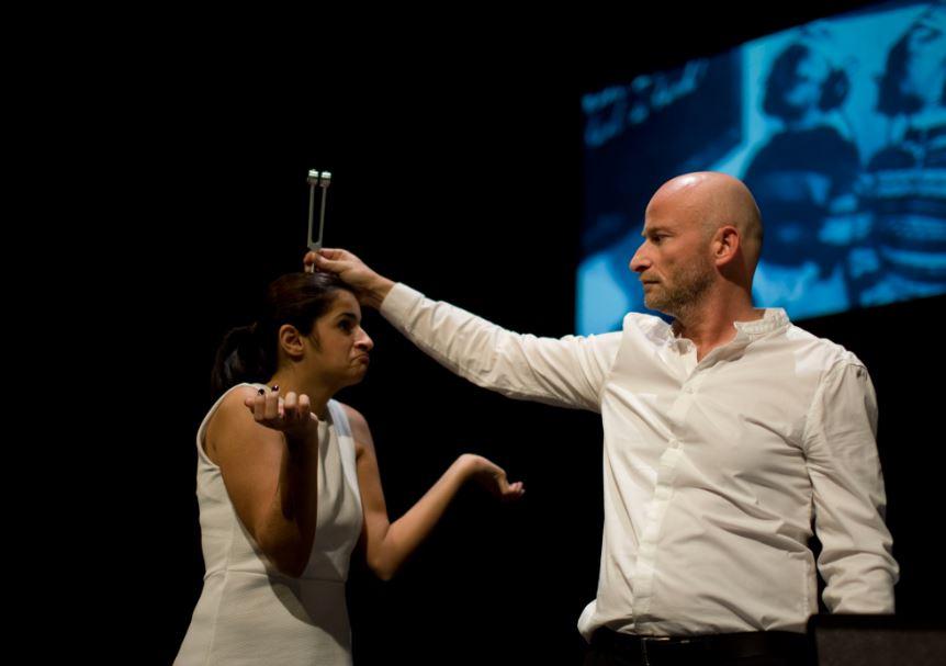 Gehörlose und hörende Schauspieler stehen zusammen auf der Bühne. Foto: Lisa Wischmann