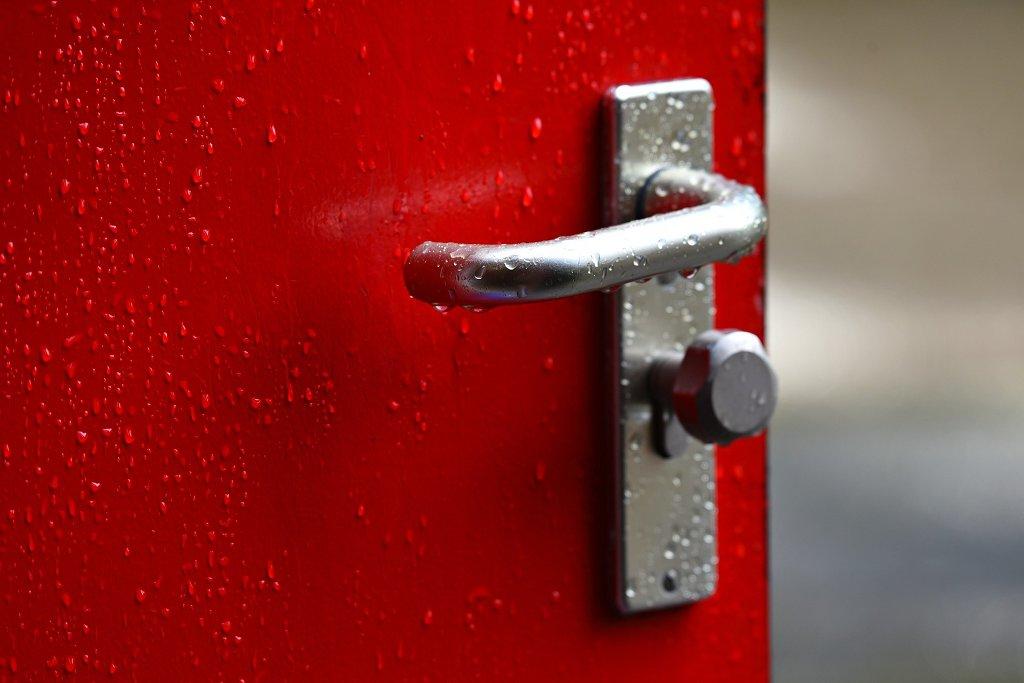 Hauptschülern sind viele Wege versperrt, ein weiterer Schulbesuch kann Türen öffnen. Foto: MabelAmber / Pixabay (CC0 1.0)
