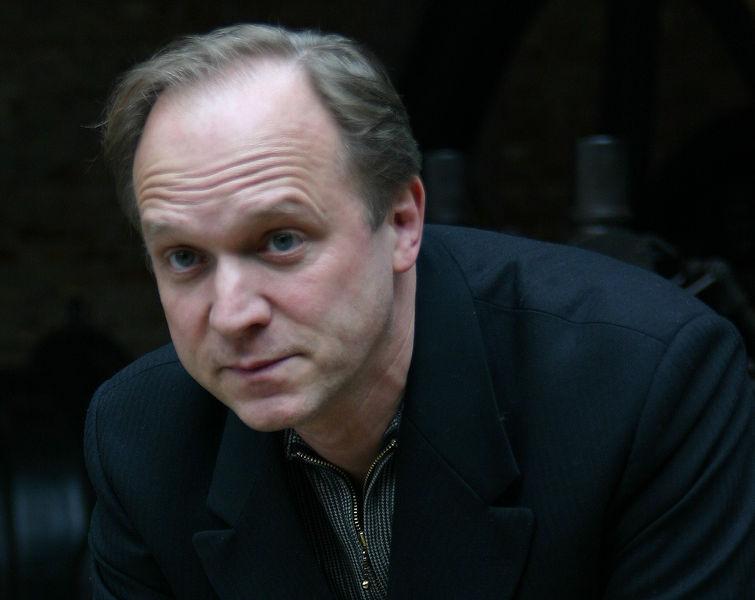 Ulrich Tukur spielt den Schulleiter Gerold Becker, der systematisch Kinder missbraucht haben soll. Foto: Barbara Mürdter / Wikimedia Commons (CC BY-SA 3.0)