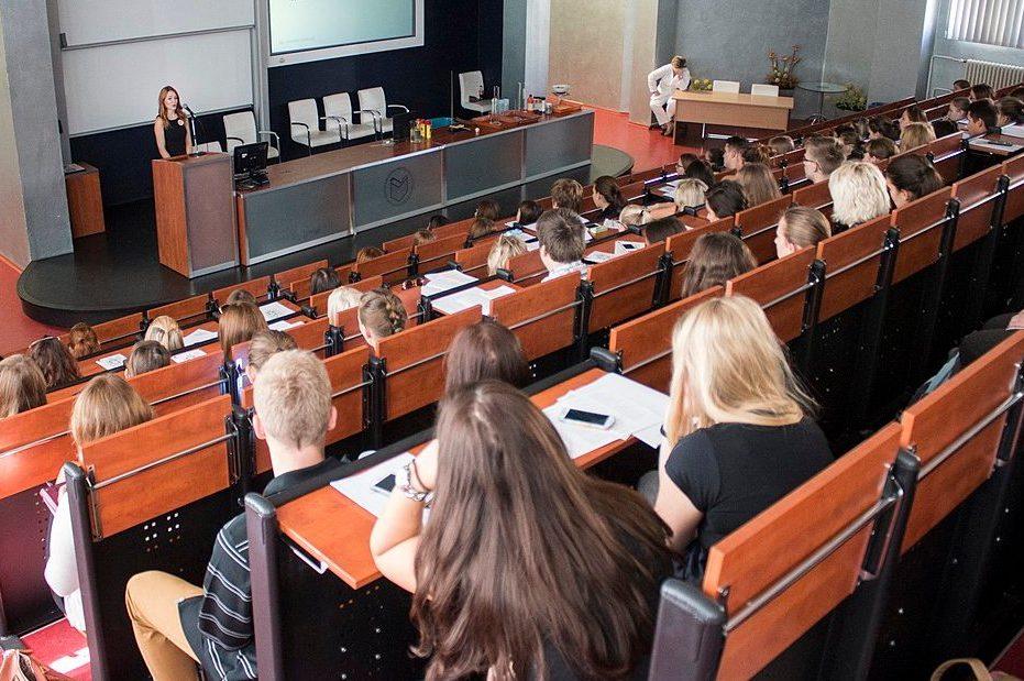 Zehn Prozent der Tarifsteigerungen hatten die Hochschulen in den letzten Jahren selbst übernommen. Nun wollen die Hochschulen mehr Autonomie über ihr Personal. Foto: Jitka Janů / Wikimedia Commons (CC BY-SA 4.0)