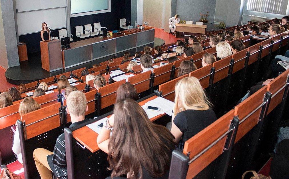"""Ein Professor für 90 Studenten auch für Birgitta Wolff ein """"unterirdisches"""" Betreuungsverhältnis. Foto: Jitka Janů / Wikimedia Commons (CC BY-SA 4.0)"""