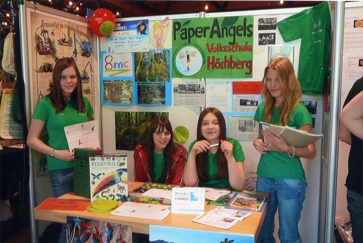 Schülerinnen der Volksschule Höchberg informieren über den Regenwald. Foto: OroVerde