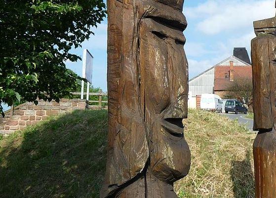 Holzfigur am Römerpark Vicus Eisenberg. Foto: Immanuel Giel / Wikimedia Commons (CC BY 3.0)